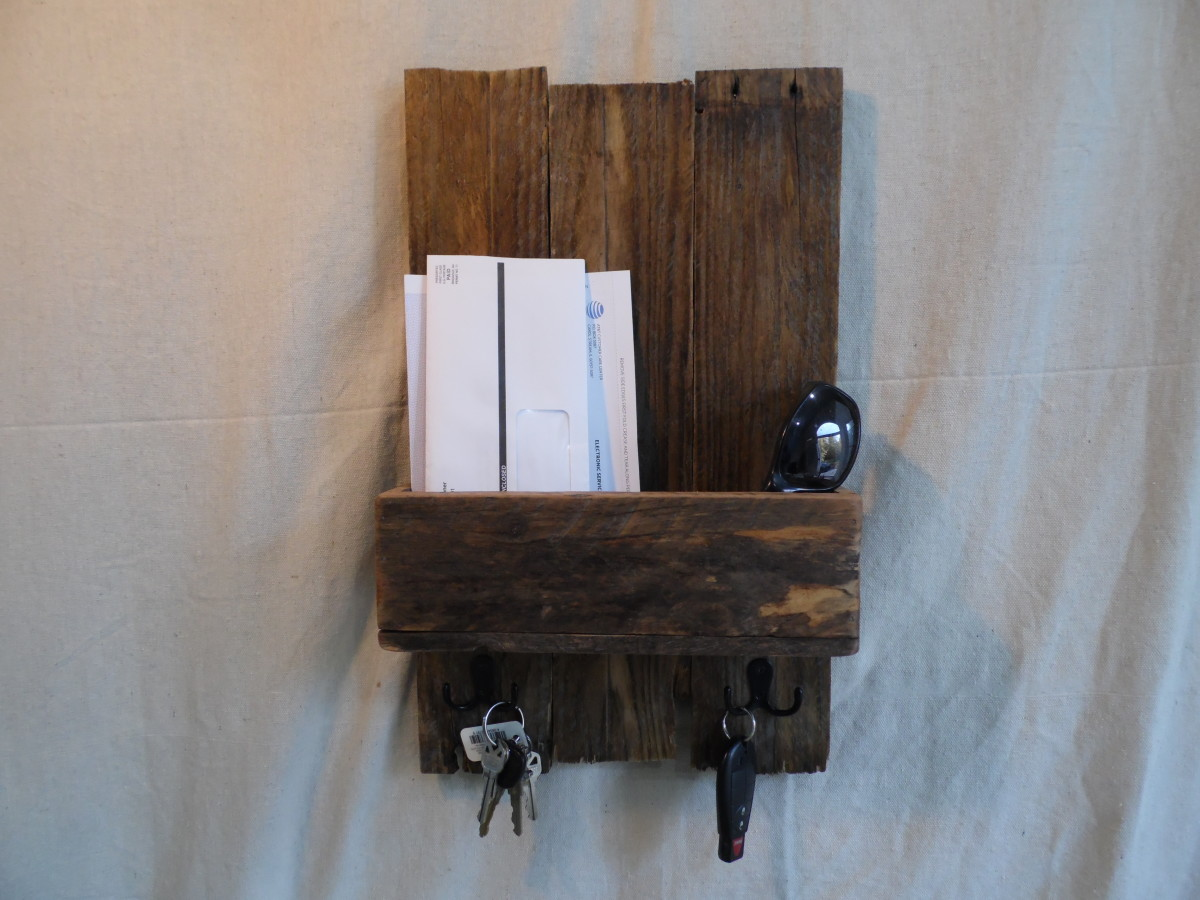 Pallet wood key holder: Pallet wood has a rustic look with tons of character.