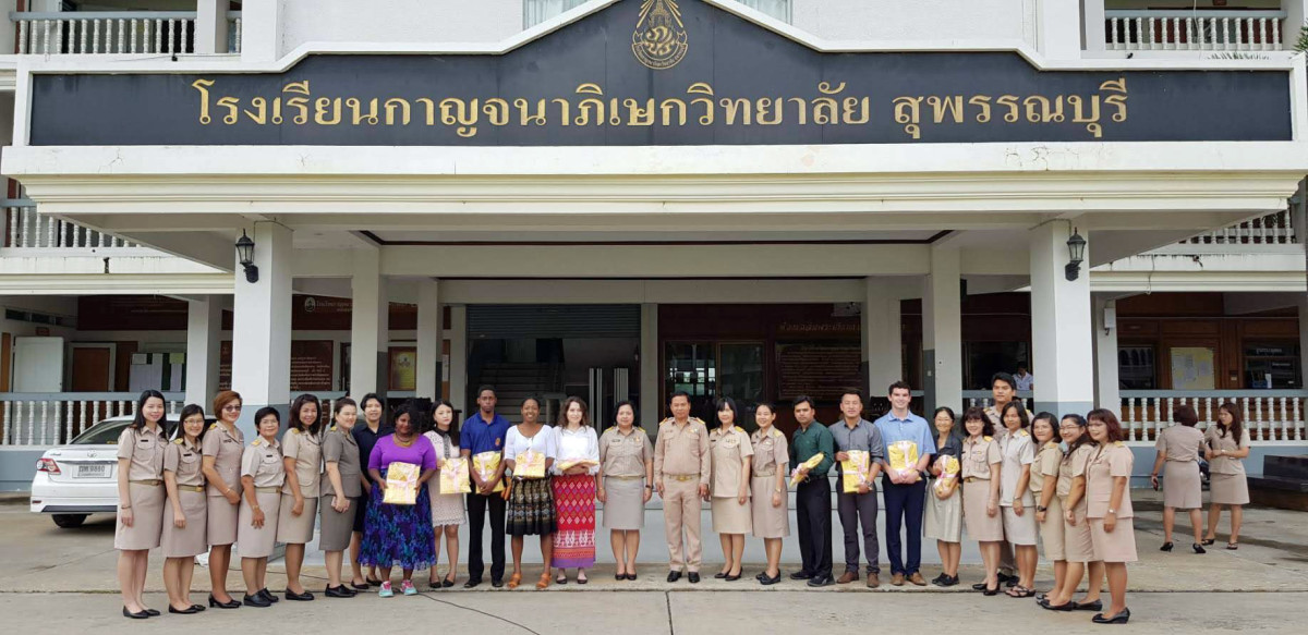 Foreign and Thai teachers lineup together for a picture.