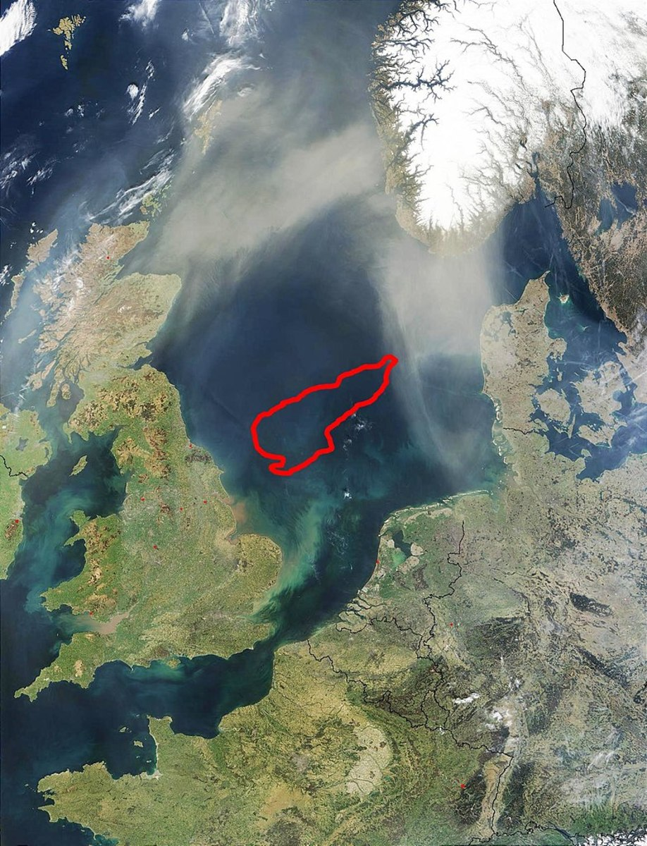 Dogger Bank (located underneath the red outline) exists today and was at one time surrounded by Doggerland.