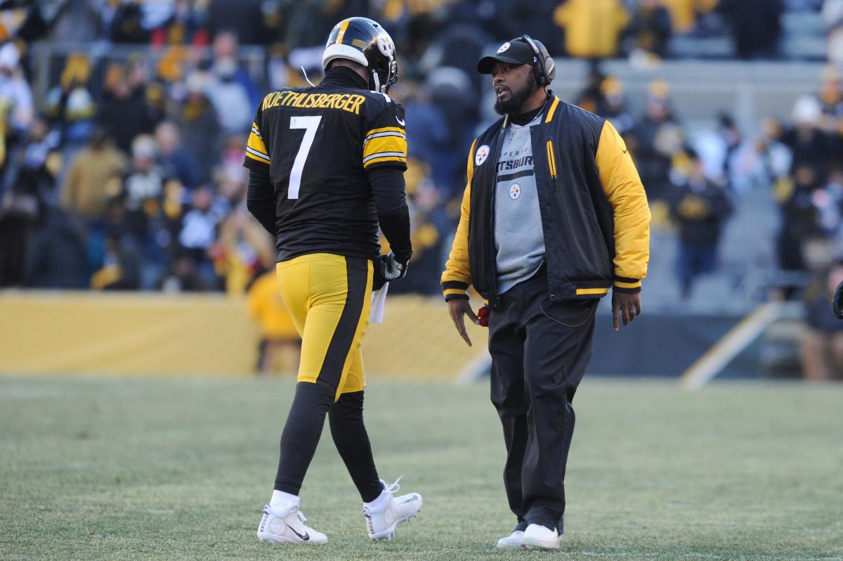 Steelers head coach Mike Tomlin (R) talks to Steelers quarterback Ben Roethlisberger (7)