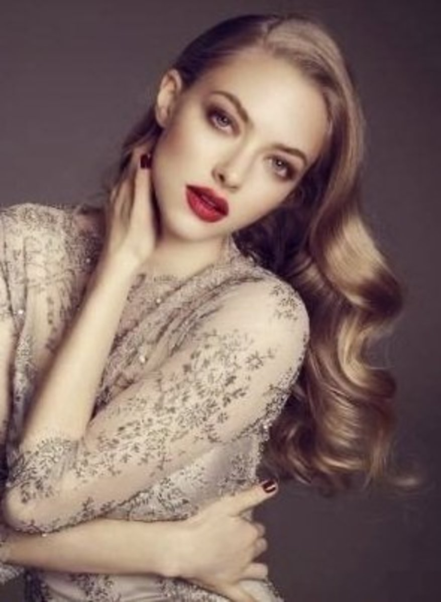 Amanda Seyfried in red lipstick
