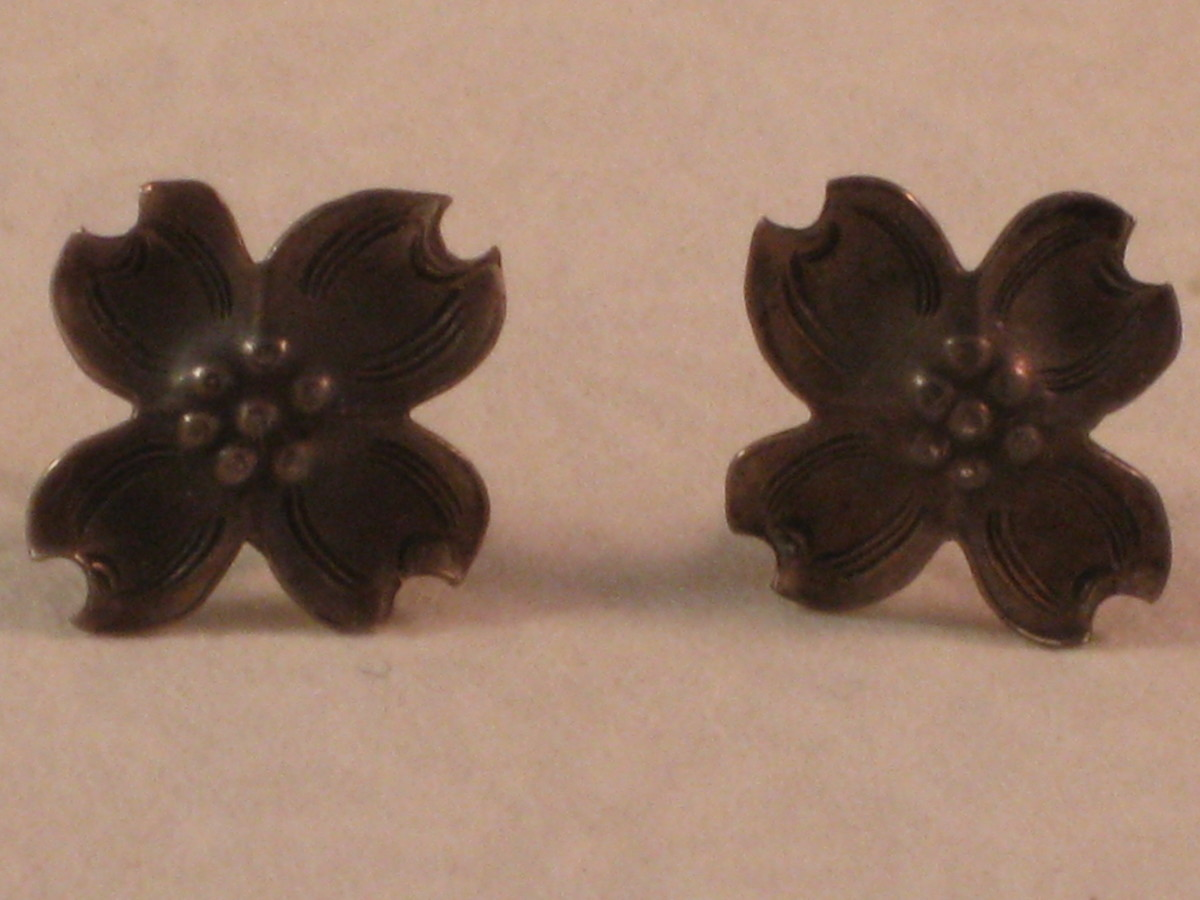 Boiling Water versus Warm Water: Before: again, two equally tarnished earrings. The earring on the left was put into a boiling water bath, whereas the earring on the right was put into warm water.