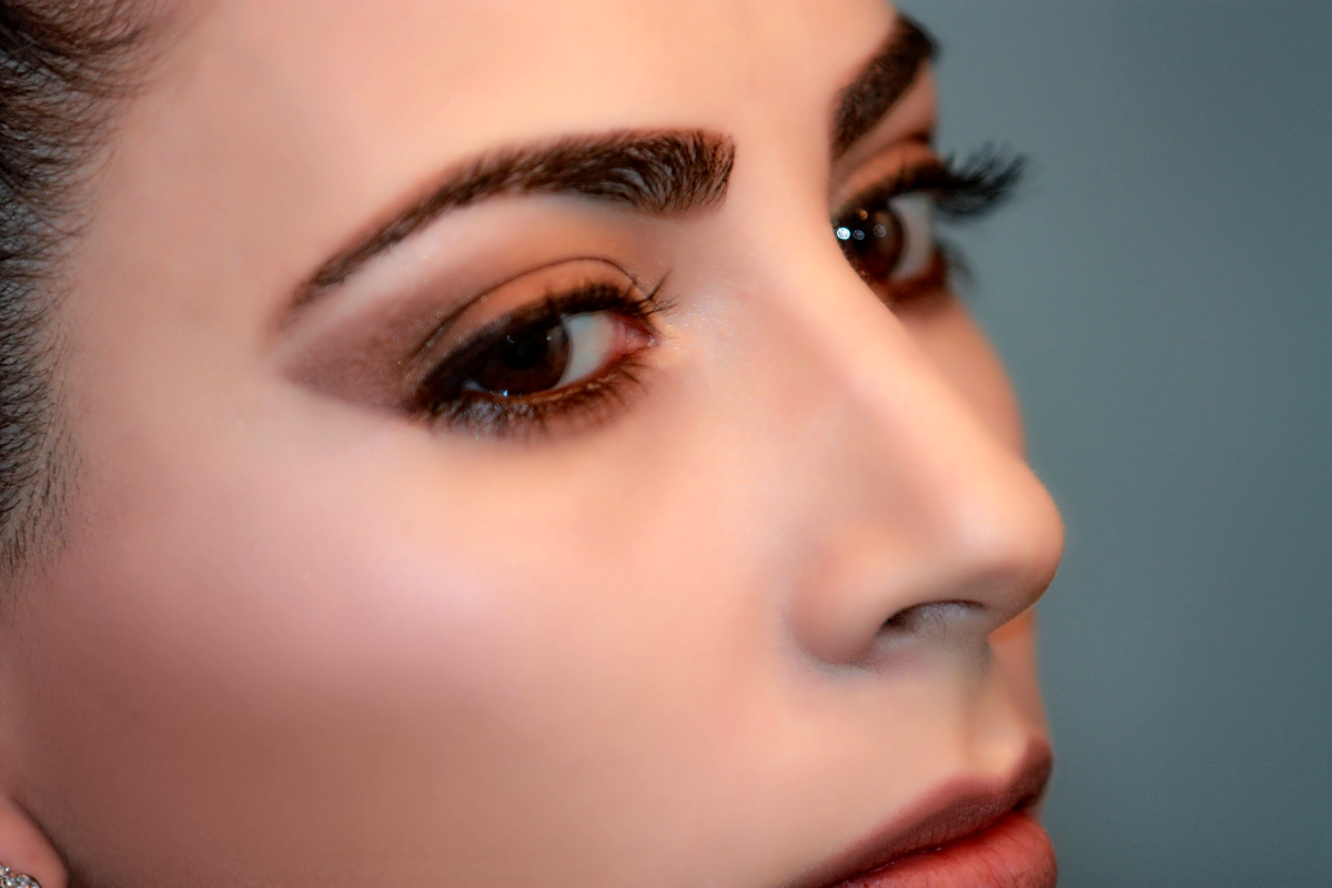 Brows that are sparse or tend to bald patches can be filled in with eyebrow powder.