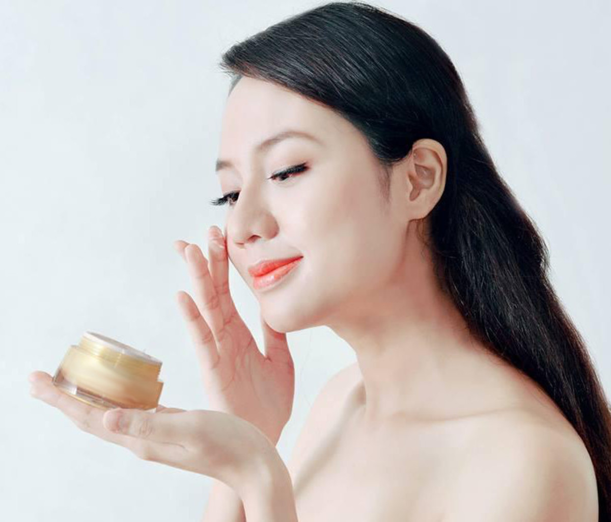 Creams and serums to treat broken capillaries contain secondary plant substances extracted from crowfoot and celandine.