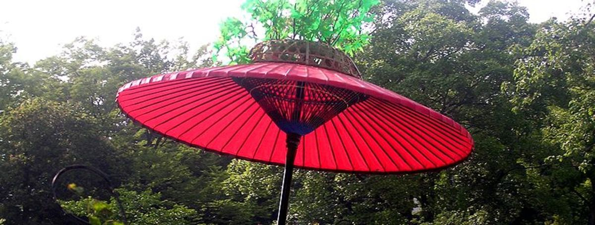 Perhaps Japan has been so up on UV parasol trends because they have such a rich history of parasols - the old wood and paper designs simple blended with Western cloth and metal designs!