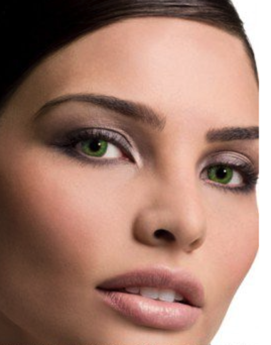 A model wearing FreshLook gemstone green contact lenses.