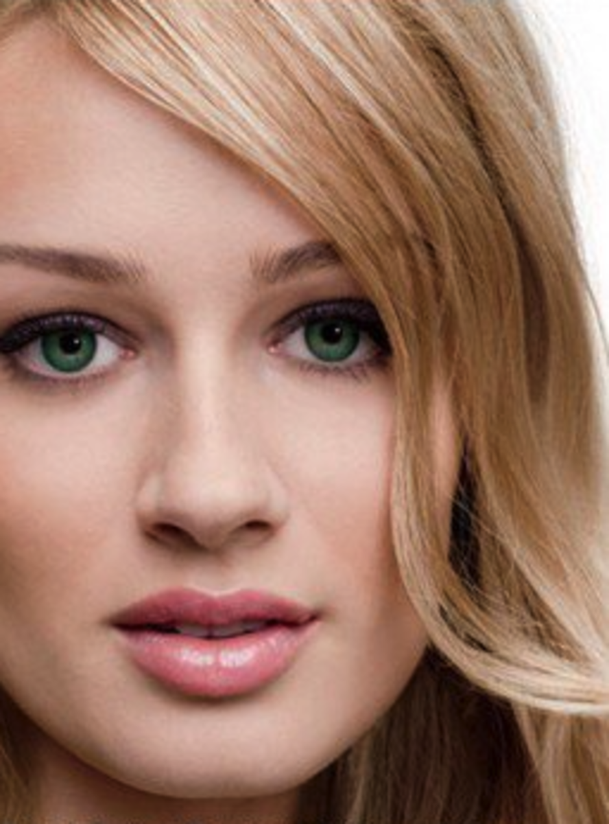 FreshLook sea green contact lenses on a model.