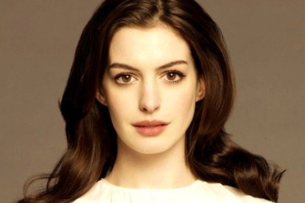 Anne Hathaway in Pale Pink Eyeshadow