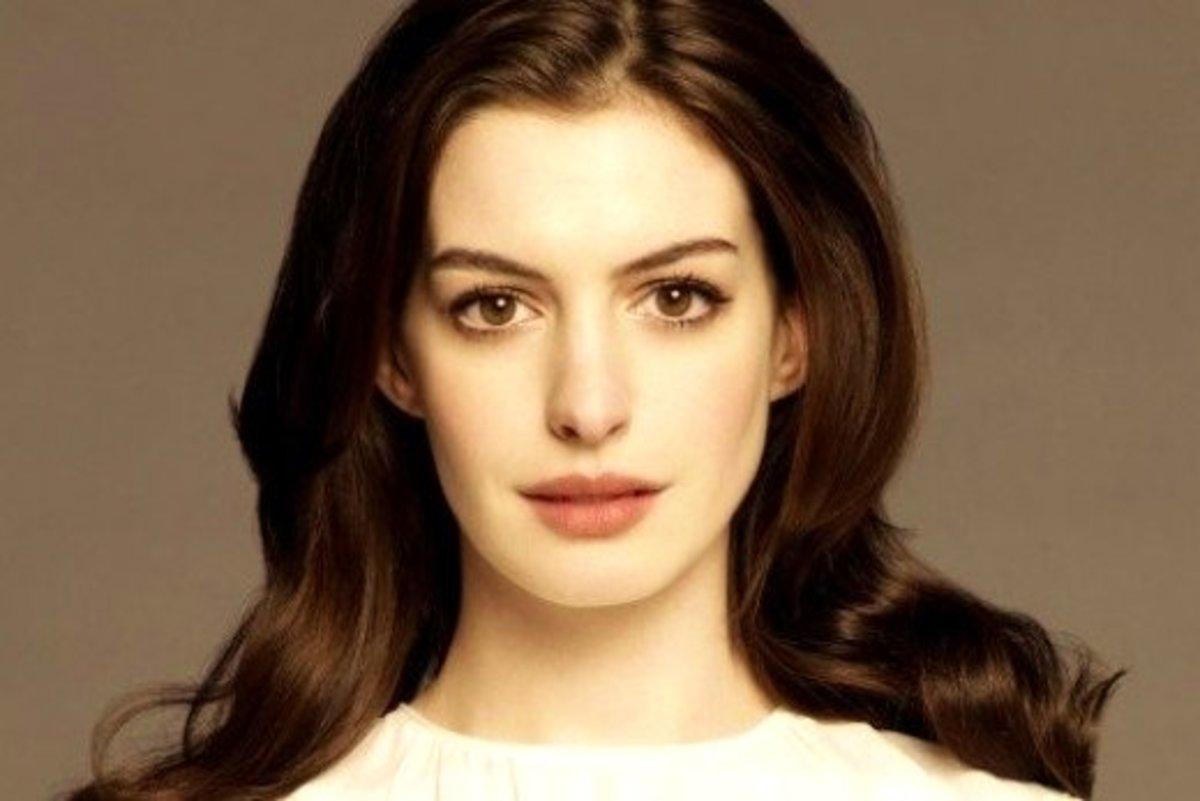 Anne Hathaway in Pale Pink Eyeshadow