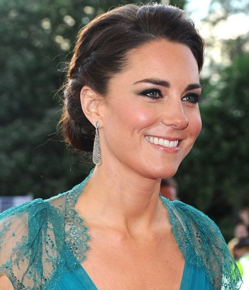 Kate Middleton's teardrop shaped earrings compliment her neckline