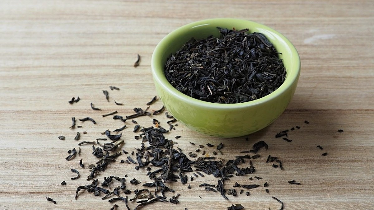 Like coffee, black tea can also be used to darken hair.