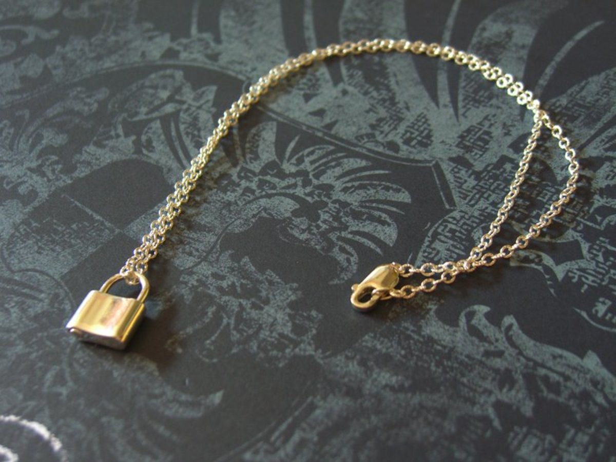 This small textured rolo necklace looks quite dainty compared to a standard cable chain.