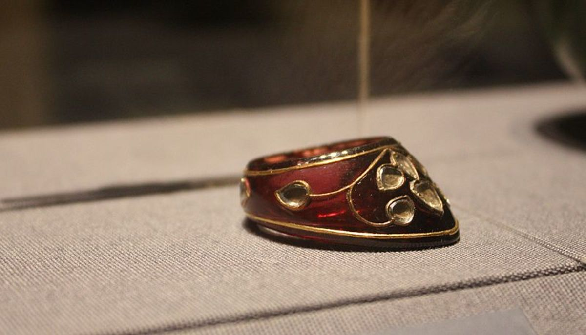 Mughal thumb-ring made of garnet studded with diamonds and gold filigree