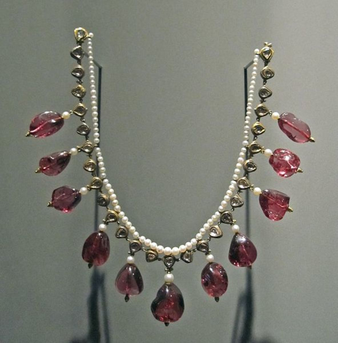 Mughal necklace made of gold and embellished with pearls and precious gemstones.