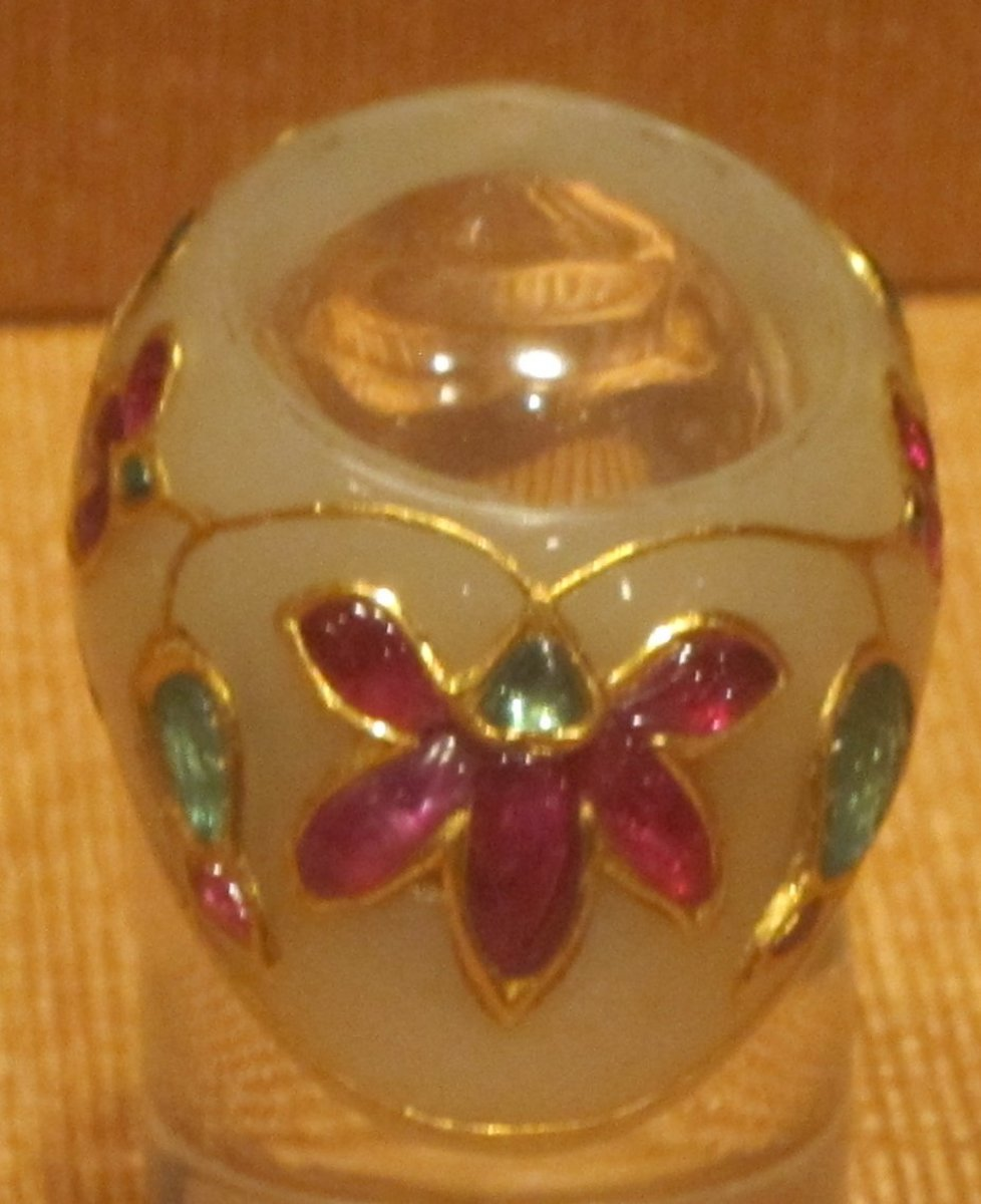 Mughal ring made of jade and decorated with precious gemstones and gold filigree