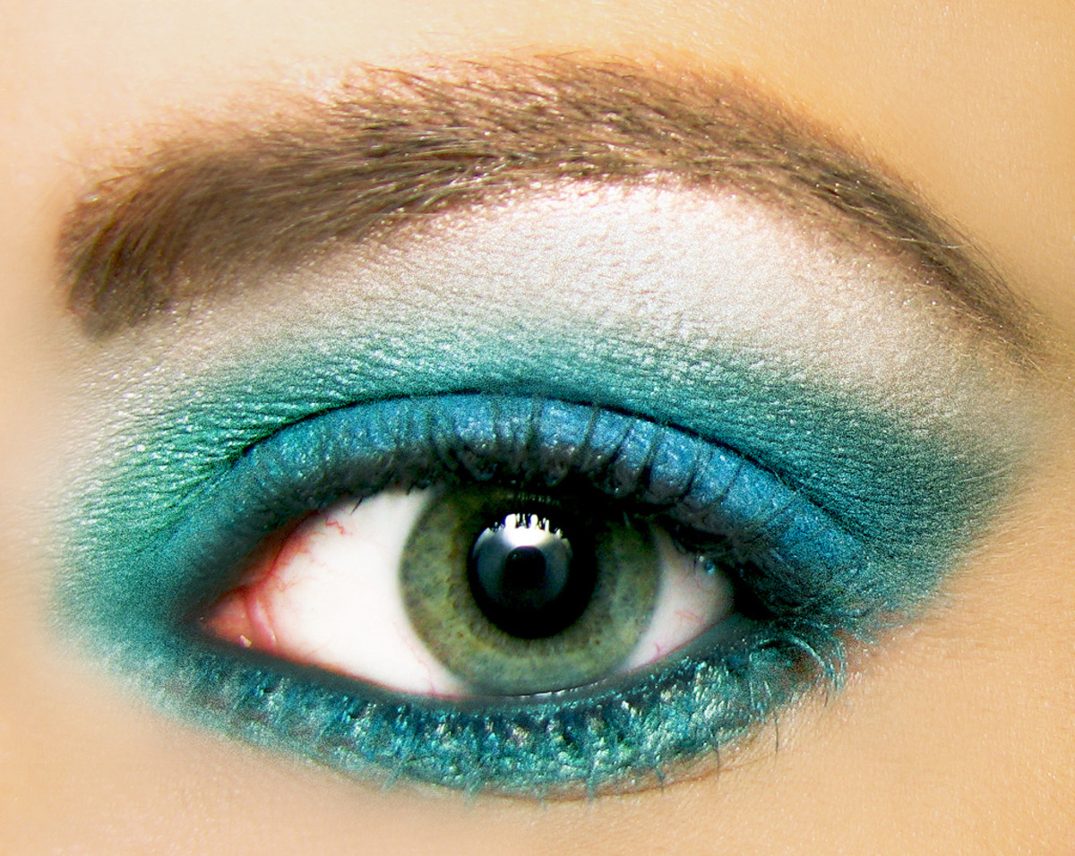 applying a loose powder eyeliner gives you more color choices.