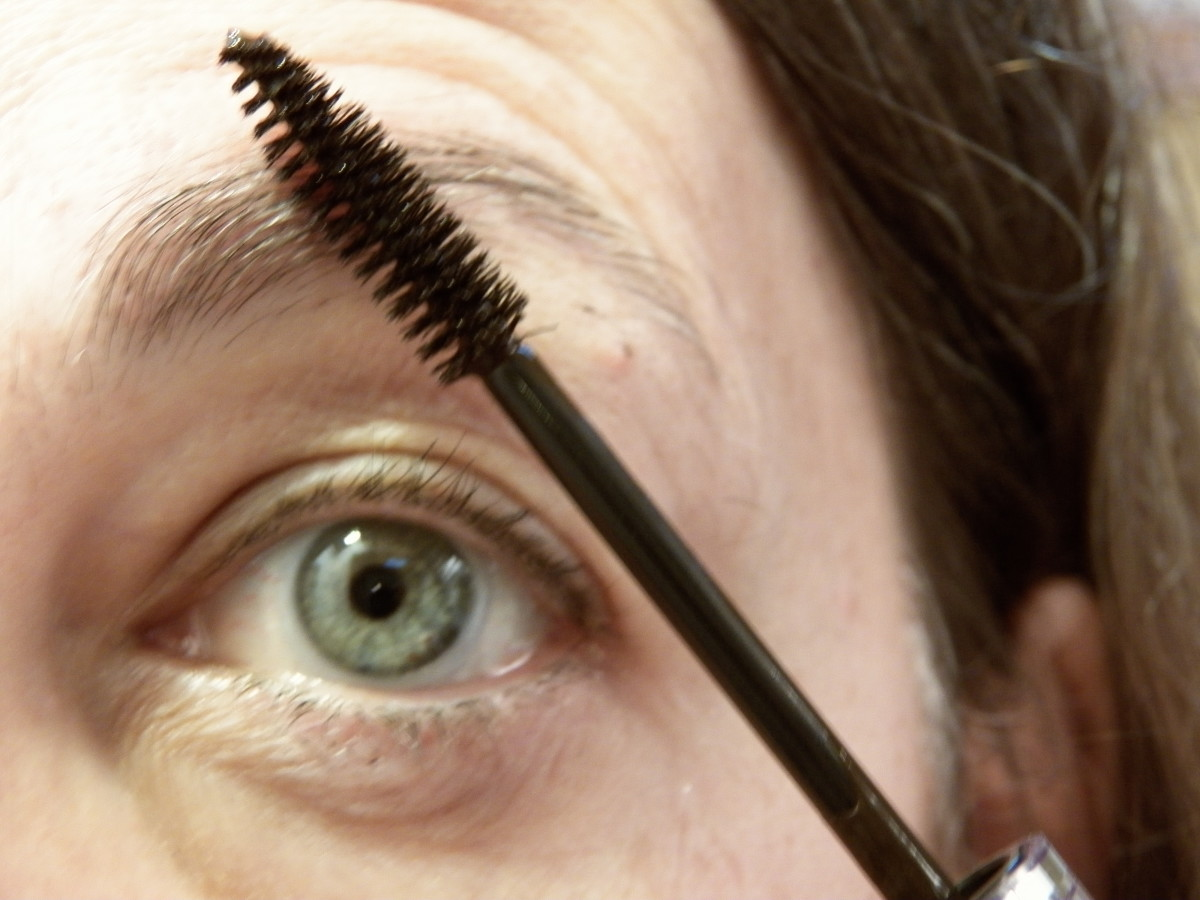 I find the brush kind of mascara works best and a partly used one is better because it doesn't clump as much.
