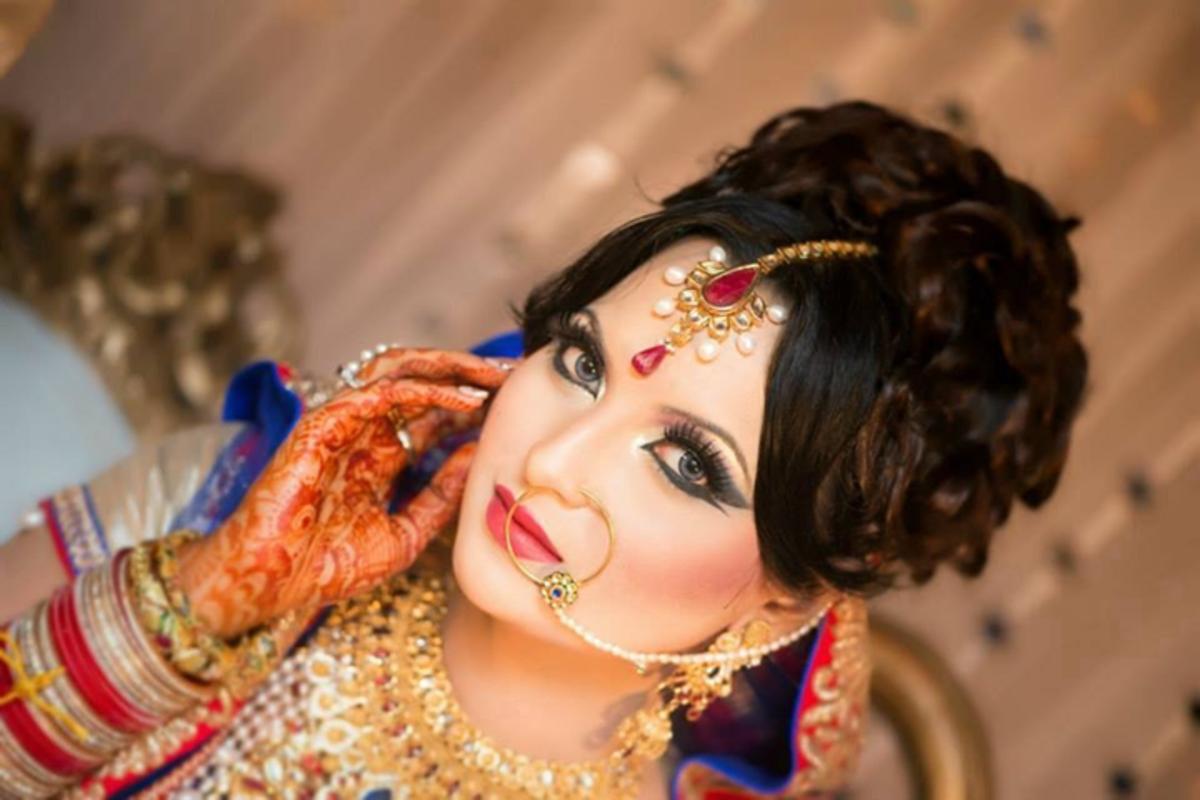 A Bangladeshi bridal updo with a big hair khopa.