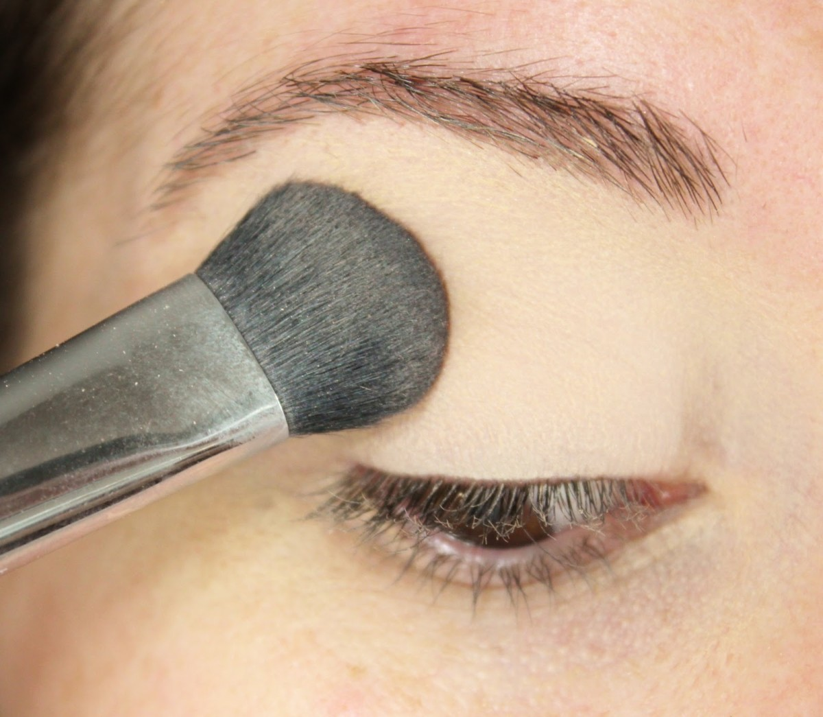 Apply eye shadow primer powder to your eyelid first.