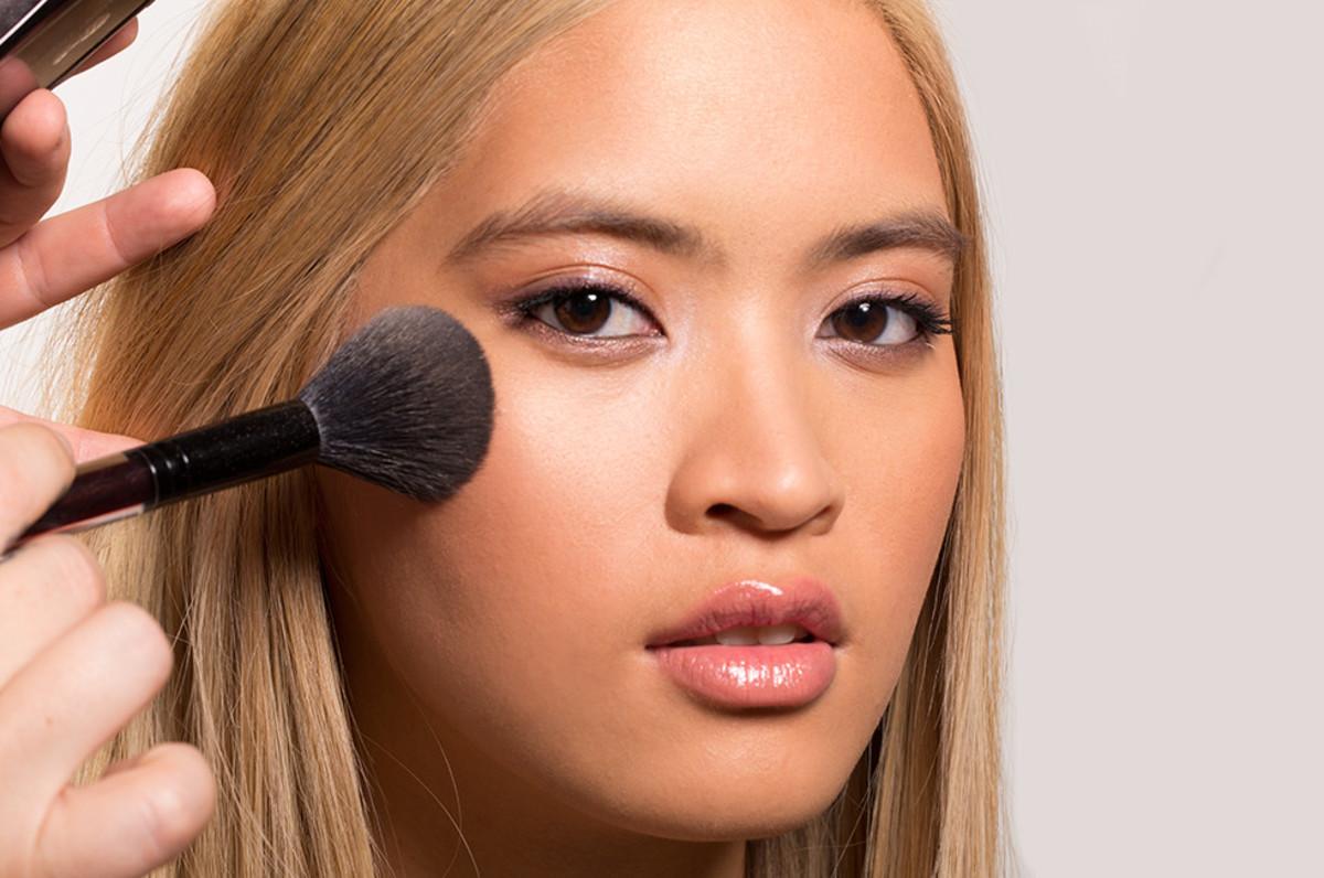 Set makeup and highlighter using transparent matte powder