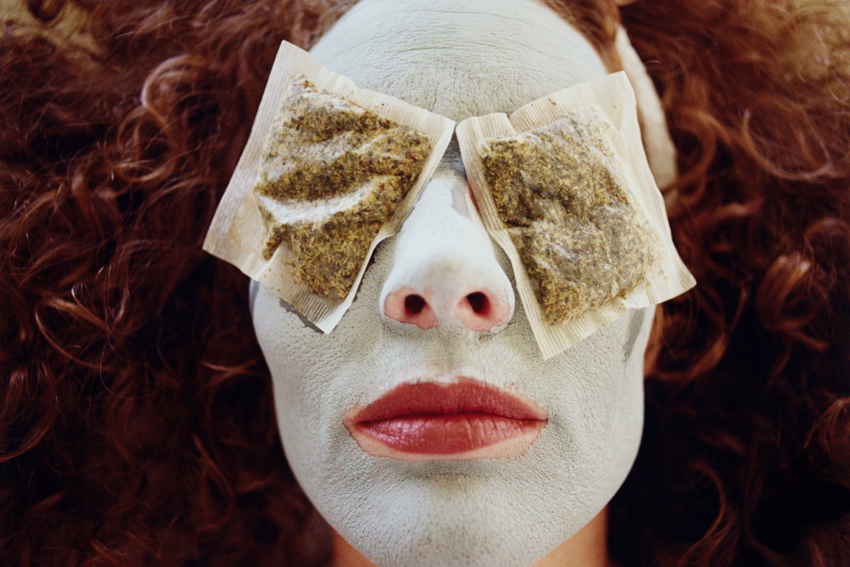 Green tea bags can be great for soothing puffiness around the eyes and reducing the appearance of dark circles.