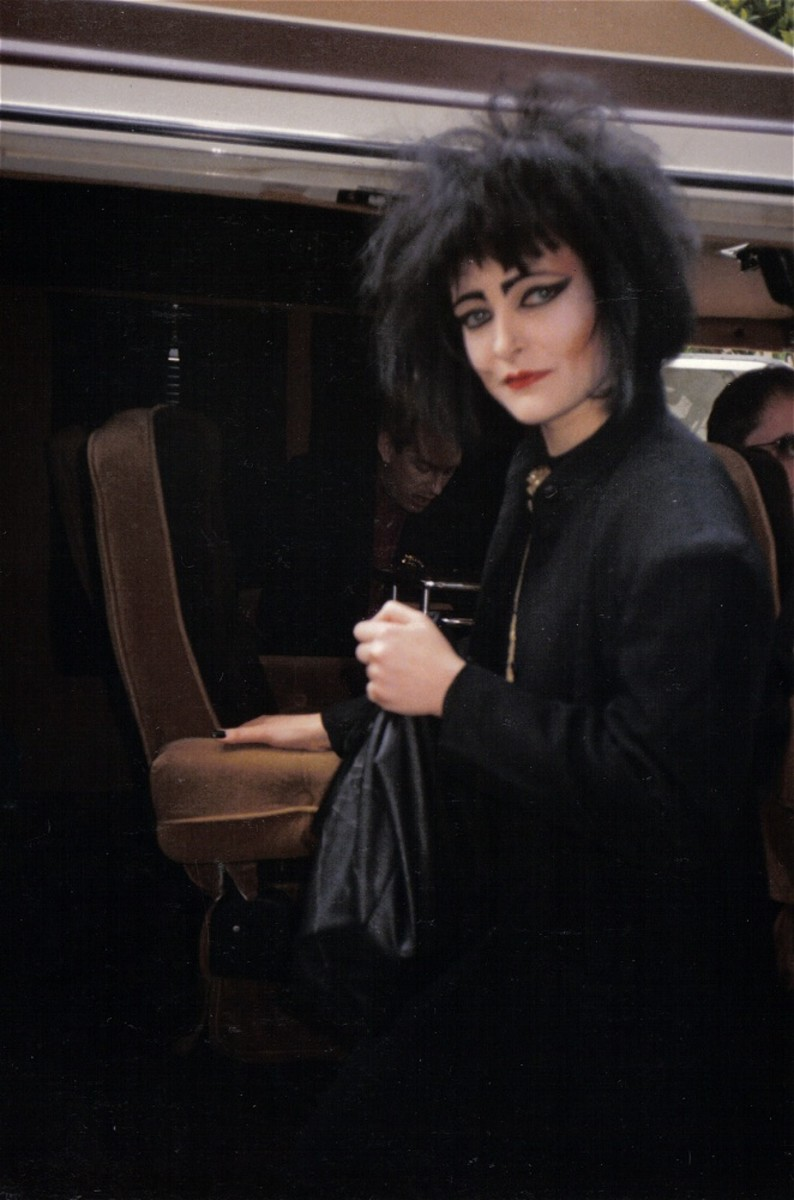 Siouxsie Sioux 1986 - big hair, black hair, heavy eyeshadow, all in black