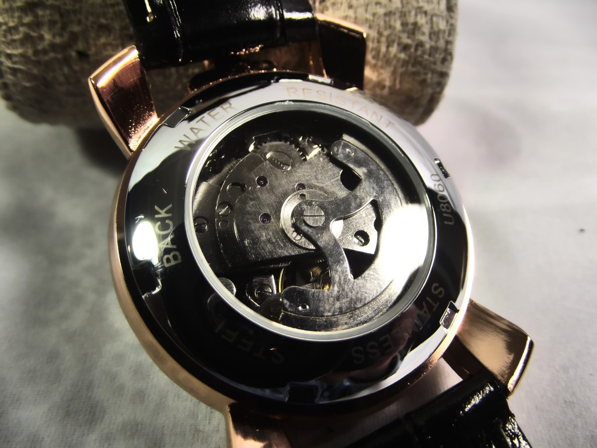 The movement can be viewed through transparent window of the Winner U8060's  caseback