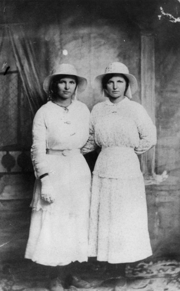 Simple collars and above the ankle hemlines date this picture to the 1910s. Note longer tunic type blouse.