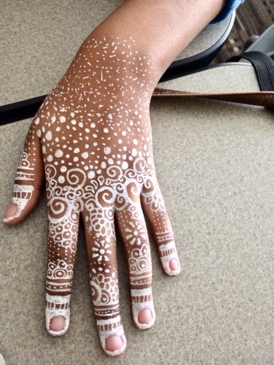 This is a white ink version of henna, but as you can see, the design is concentrated on the fingers.