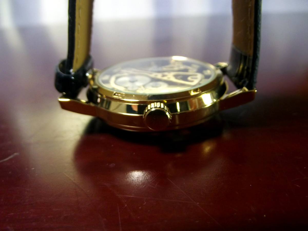 The movement can be easily seen through the Sandwood Jushidai Mechanical Watch's transparent caseback.