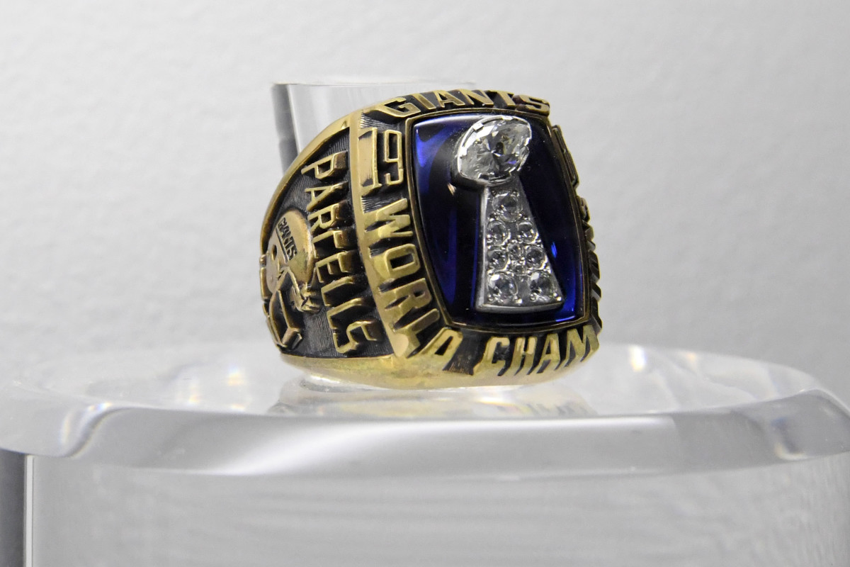 The Super Bowl XXI ring to commemorate the New York Giants 39-20 victory over the Denver Broncos at the Rose Bowl.