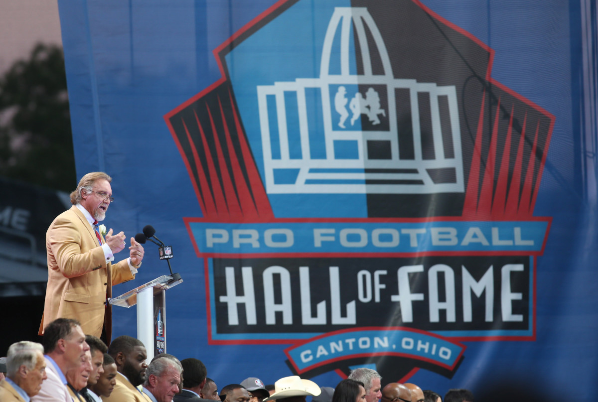 Former Pittsburgh Steelers linebacker Kevin Greene gives his acceptance speech during the 2016 NFL Hall of Fame enshrinement
