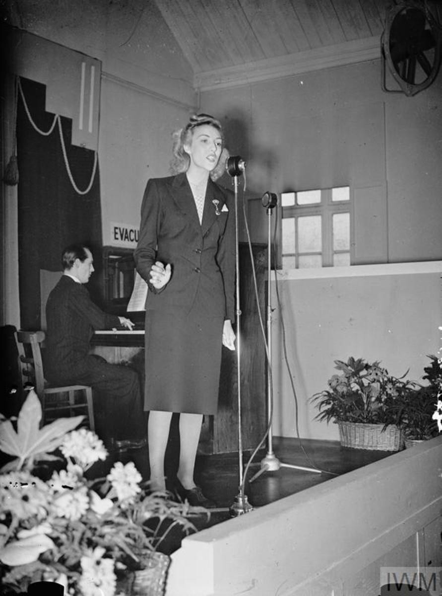 Vera Lyinn singing to workers at British munitions factory in 1941.