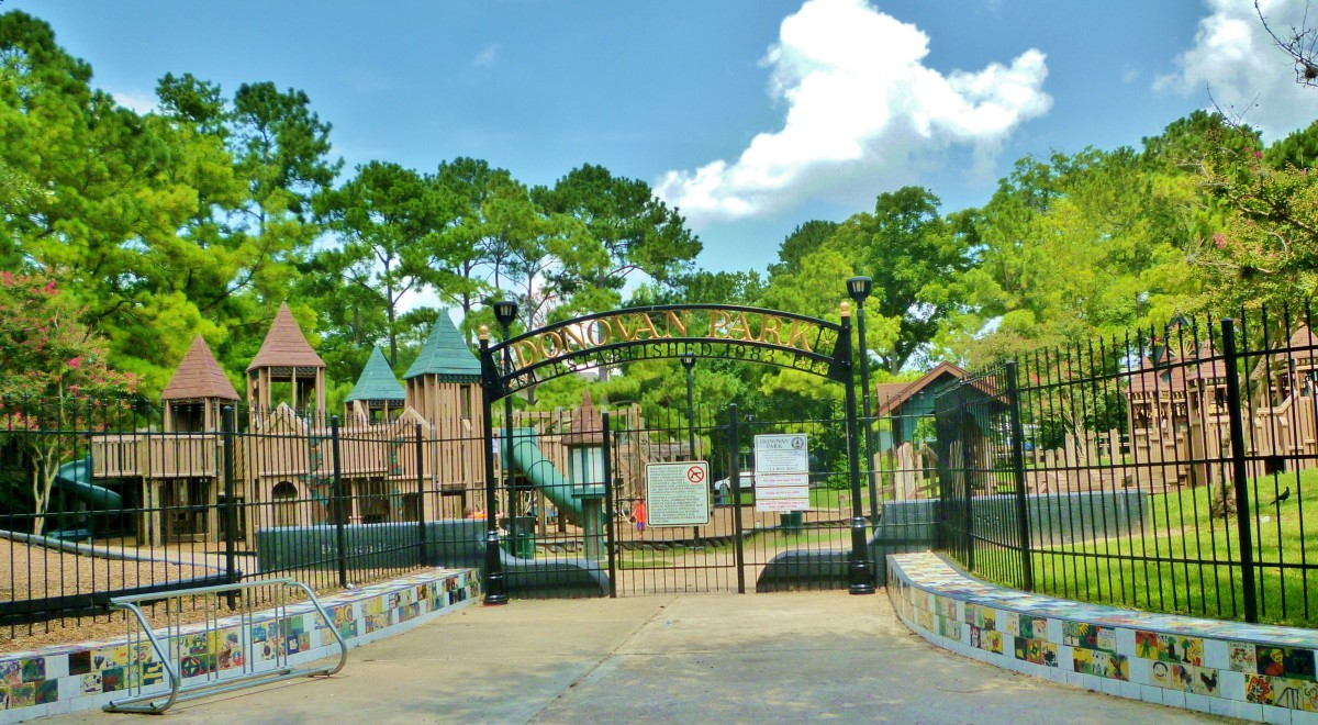 Donovan Park: Fun Castle Playground in Houston Heights