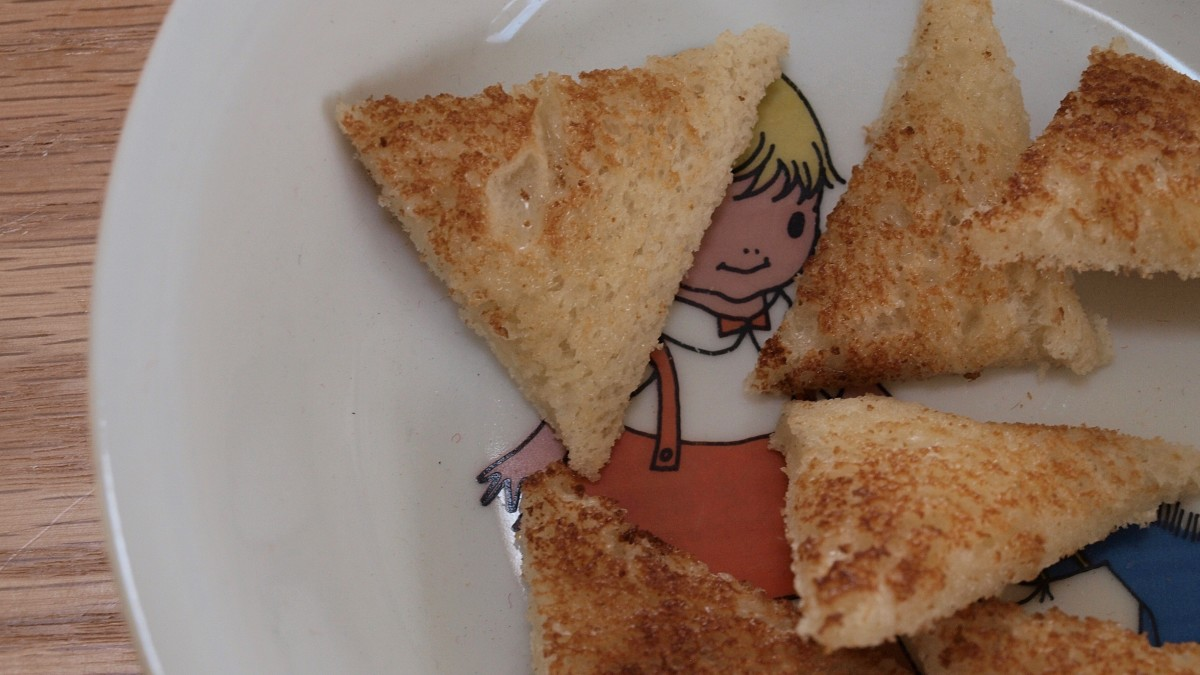 Toddlers and older children can eat toast when recovering from diarrhea.