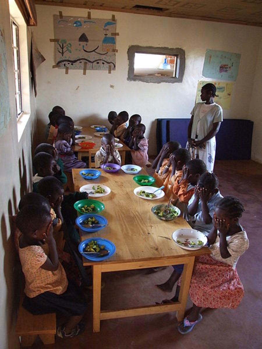 Orphan children in the Nyota daycare center in Lwala/Kenya, giving thanks for their meal