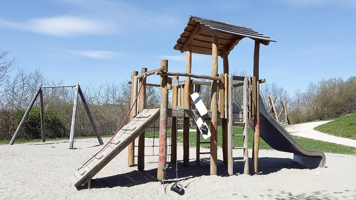 Adventure playgrounds often have some features in common with natural playgrounds. They frequently contain naturalistic elements and are designed to stimulate a child's imagination.
