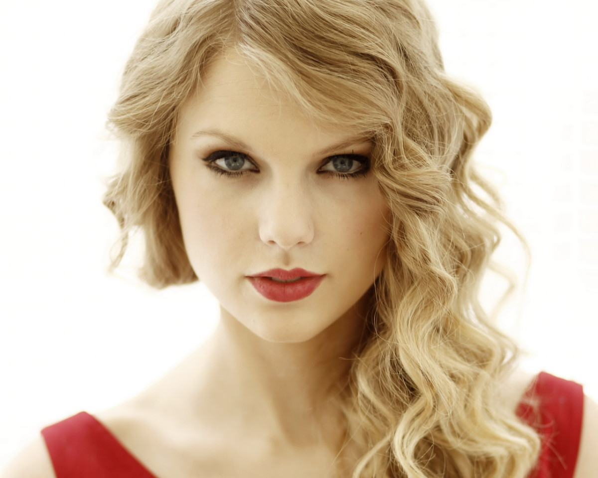 Taylor Swift is a firstborn. She has a younger brother.