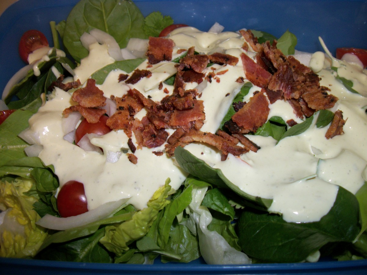 Romaine and spinach salad with bacon and ranch dressing
