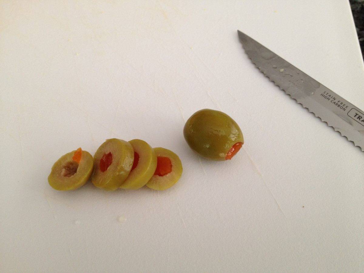 3. Slice 3-4 rings of green olives.