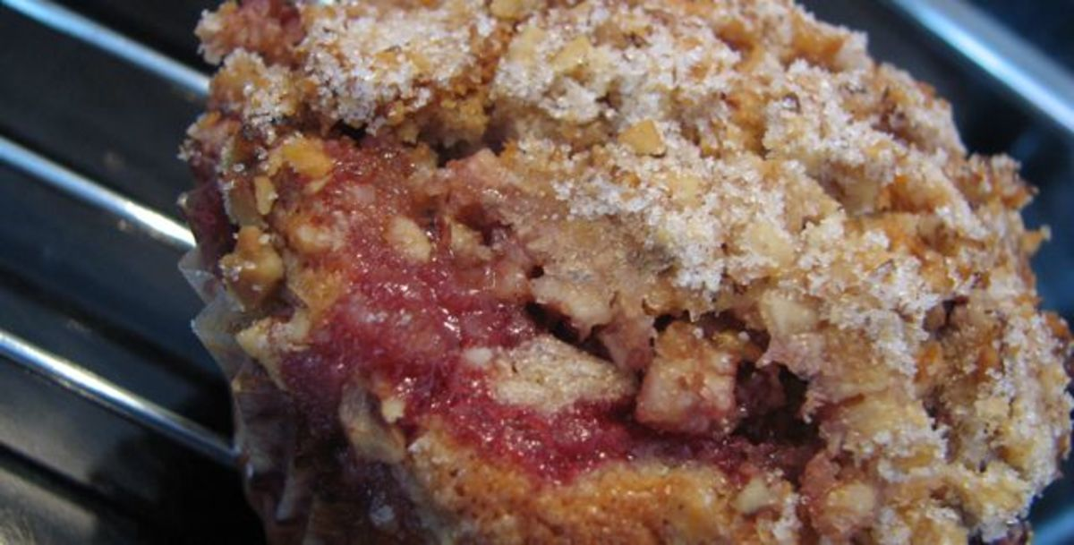 Strawberry muffins with walnut crumble - delicious!