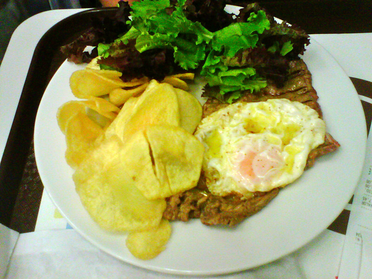 Bitoque with potato chips.