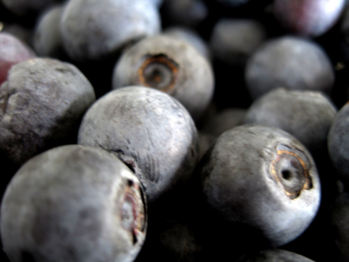 Fresh or frozen blueberries are a great substitution in many green smoothies.