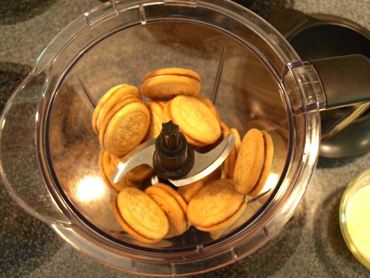 1. Using a strong food processor, pour the melted butter over the cookies and puree.