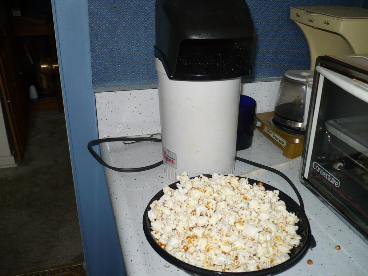 I used an hot air popper to cook the popcorn but lately I use another recycling TIP I leaned from another cook friend of mine. Take a flat bottom paper bag and pour in two cups of popping corn with nothing else. You can pop as little as you need.