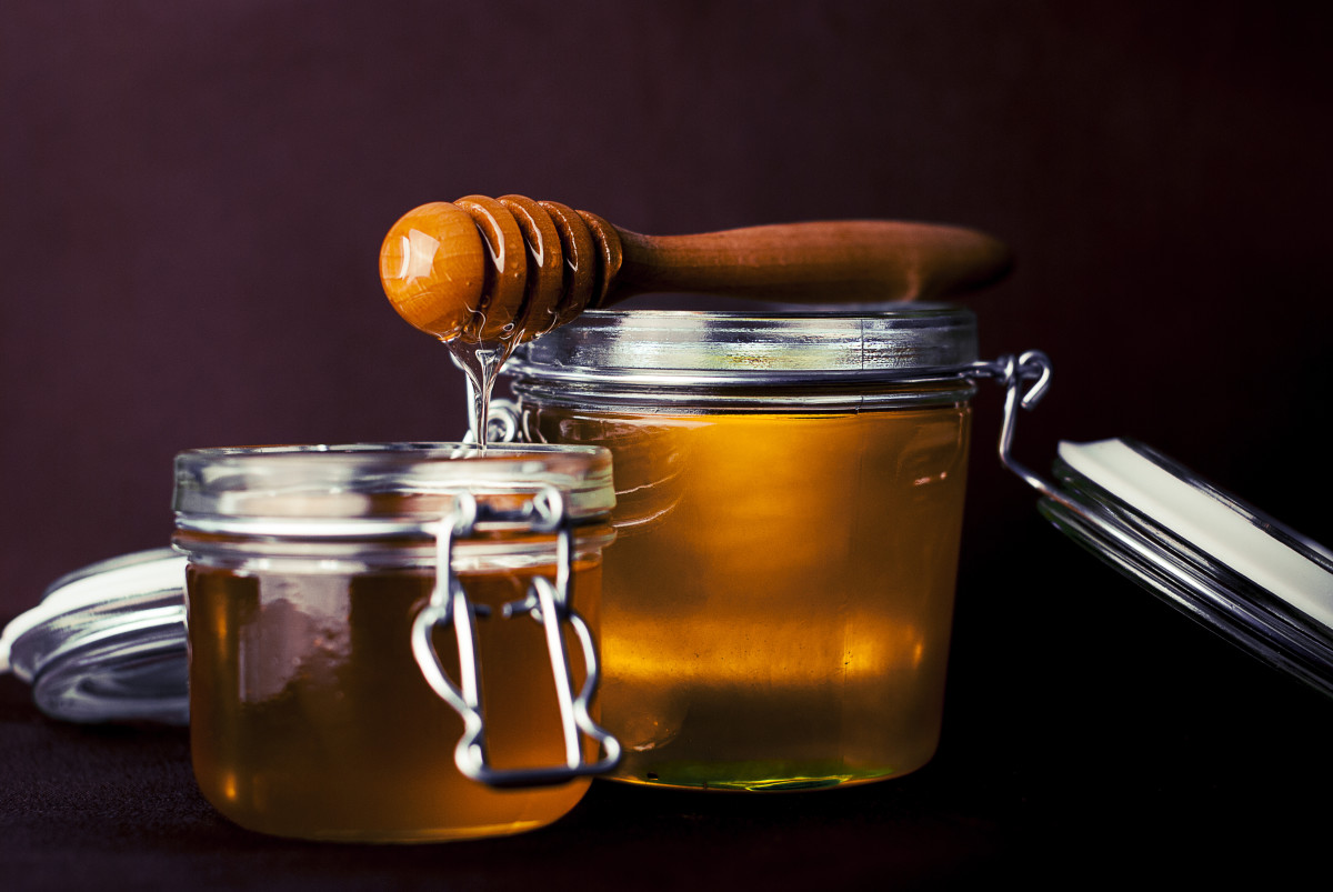 Raw honey has more beneficial properties and is better absorbed in Jun kombucha.
