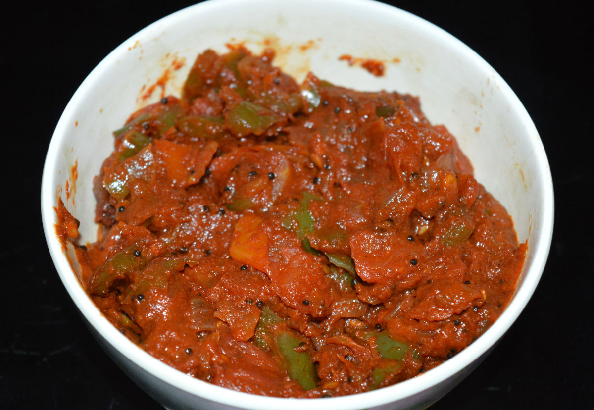 Enjoy this tangy tomato and capsicum curry!