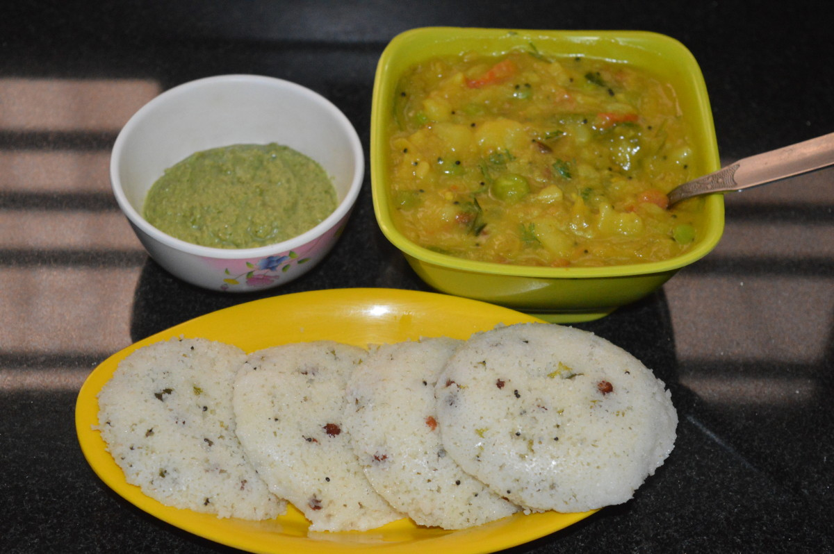 I served Rava idlis with Bombay Sagu and green chutney.
