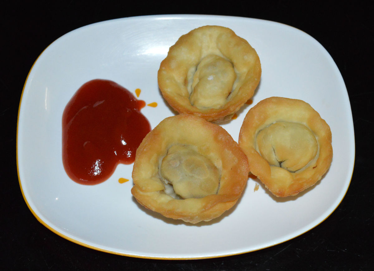 Serve hot wontons with a spicy garlic sauce or a mild-spicy tomato ketchup. Enjoy the taste!