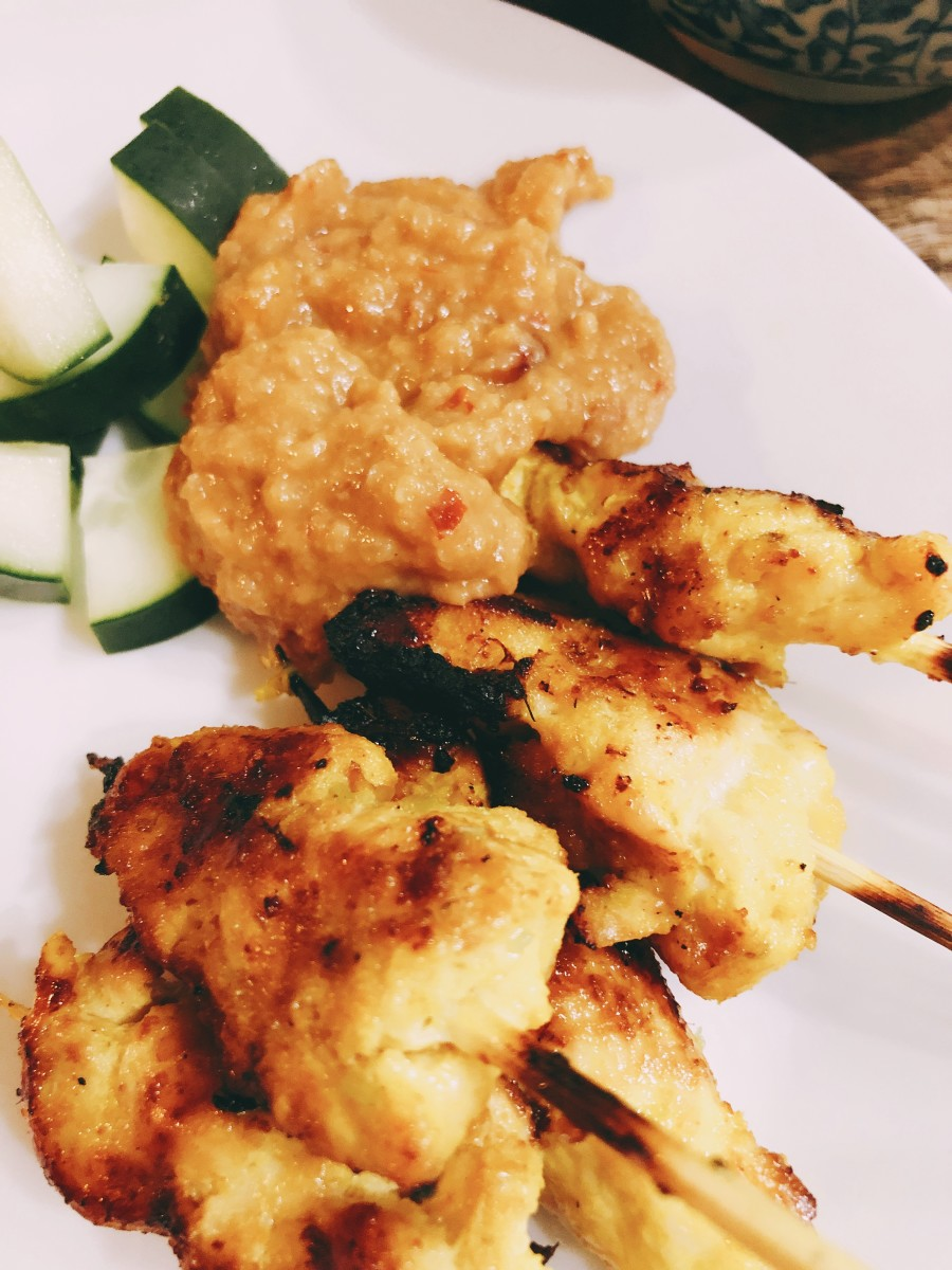 In Malaysia, chicken or beef satay is usually served with peanut sauce, compressed rice (nasi impit), fresh slices of cucumber, and fresh slices of onions. I love the sweet and spicy flavor that comes from the lemongrass.